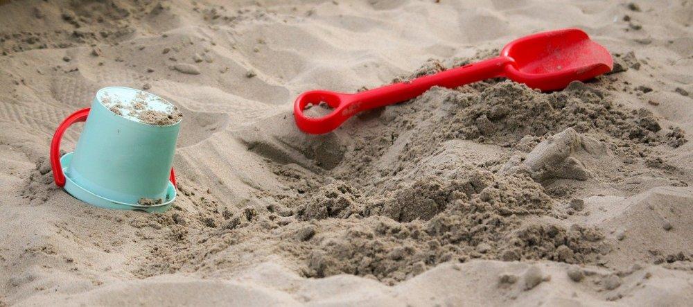 Timevis af leg for de små i egen sandkasse